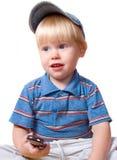 белокурый мобильный телефон мальчика держит Стоковые Фотографии RF