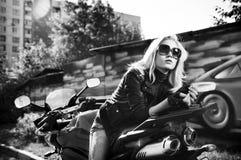 белокурый мотоцикл сидит стоковые изображения