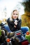 белокурый мотоцикл сидит стоковое фото