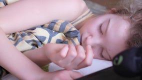 Белокурый подросток спит Рядом с подушкой небольшая игрушка акции видеоматериалы