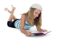 белокурый подросток чтения книги Стоковое Изображение