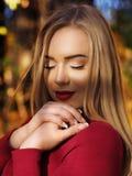 Белокурый портрет девушки на лесе осени с закрытыми глазами стоковые фотографии rf
