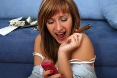 белокурый представлять мобильного телефона сигары стоковые изображения rf