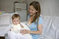 белокурый ребенок ее мать удерживания серьезная Стоковое Фото