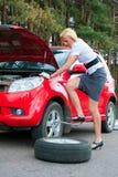 белокурый сломанный автомобиль Стоковые Фото