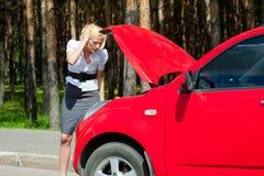 белокурый сломанный автомобиль Стоковое Фото