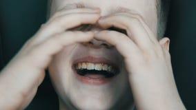 Белокурый смех мальчика подростка неподдельно контагиозный к разрывам Взволнованности ребенка сток-видео