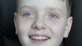 Белокурый смех мальчика подростка неподдельно контагиозный к разрывам Взволнованности ребенка акции видеоматериалы