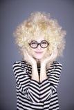 белокурый смешной парик портрета девушки Стоковые Изображения