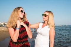 2 белокурых девушки на пляже около моря Стоковые Изображения