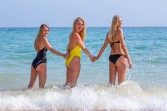 3 белокурых девушки стоя в море Стоковая Фотография RF