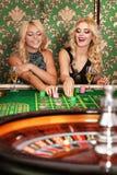 2 белокурых женщины играя рулетку в казино Стоковые Фото
