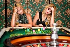 2 белокурых женщины играя рулетку в казино Стоковое Фото