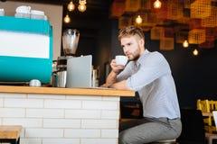 Белокур-с волосами бизнесмен имея некоторый кофе пока работающ стоковая фотография