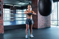 Белокур-с волосами женщина спорта при славное тело получая готовый Стоковое Изображение