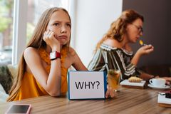 Белокур-с волосами мать подростка пробуренная чувством ждать стоковое изображение rf