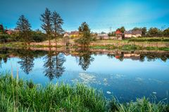 Белорусский или русский дом в деревне или сельской местности Беларуси Стоковые Фотографии RF