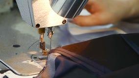 Белошвейка работает на швейной машине акции видеоматериалы