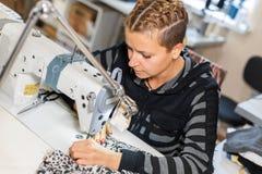 Белошвейка шить на машине, портрете Материал женского портноя шить на рабочем месте Подготовка ткани для делать одежд стоковое фото rf