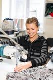 Белошвейка шить на машине, портрете Материал женского портноя шить на рабочем месте Подготовка ткани для делать одежд стоковая фотография