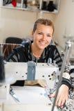 Белошвейка шить на машине, портрете Материал женского портноя шить на рабочем месте Подготовка ткани для одежд стоковые изображения rf