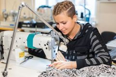 Белошвейка шить на машине, портрете Материал женского портноя шить на рабочем месте Подготовка ткани для делать одежд стоковые изображения rf