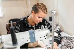 Белошвейка шить на машине, портрете Материал женского портноя шить на рабочем месте Подготовка ткани для делать одежд стоковые фотографии rf
