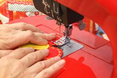 Белошвейка шьет материал на швейной машине Конец-вверх стоковые изображения rf