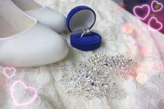 Белые ботинки ботинки wedding Пятки ` s невесты высокие Гонорары невесты Ювелирные изделия свадьбы стоковое изображение rf