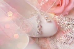 Белые ботинки ботинки wedding Пятки ` s невесты высокие Гонорары невесты Ювелирные изделия свадьбы стоковые фото