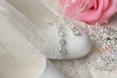 Белые ботинки ботинки wedding Пятки ` s невесты высокие Гонорары невесты Ювелирные изделия свадьбы стоковое изображение