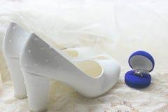 Белые ботинки ботинки wedding Пятки ` s невесты высокие Гонорары невесты Ювелирные изделия свадьбы стоковая фотография rf