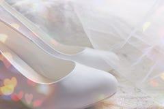Белые ботинки ботинки wedding Пятки ` s невесты высокие Гонорары невесты Ювелирные изделия свадьбы стоковые изображения rf
