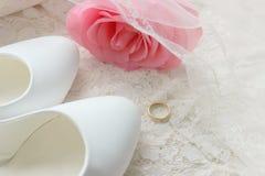 Белые ботинки ботинки wedding Пятки ` s невесты высокие Гонорары невесты Ювелирные изделия свадьбы стоковое фото