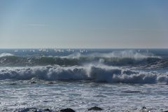 Белые ветрила Windsurfers на побережье Португалии волн Стоковые Фотографии RF
