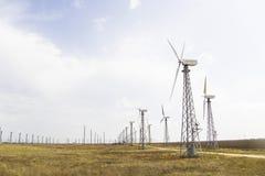 Белые ветрянки в степи против голубого неба Стоковые Фото