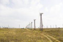 Белые ветрянки в степи против голубого неба Стоковое фото RF
