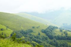Белые волшебные облака на растояние гор Путешествие в горах стоковое фото rf