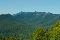 Белые горы сидят под голубым небом лета стоковая фотография rf