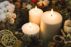 Белые горящие свечи рождества в венке рождества Стоковое Изображение RF