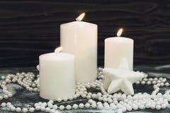 Белые горящие свечи, украшения рождества Стоковые Изображения