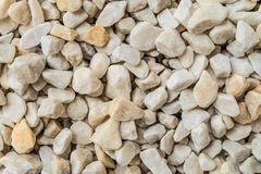 Белые декоративные задавленные камни для ландшафта конструируют, украшение благоустраивая сады и парки Стоковые Изображения