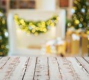 Белые деревянные планки против запачканных светов рождества Стоковые Изображения