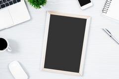 Белые деревянные таблица и оборудование стола офиса для работы с blac Стоковая Фотография