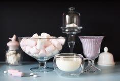 Белые десерты на черной и голубой предпосылке Marshmellow, ровное Стоковые Фото