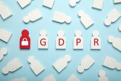 Белые диаграммы людей и надписи GDPR Общая регулировка защиты данных стоковое изображение