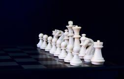 Белые диаграммы шахмат на борту Белый комплект шахмат для того старт игры Стоковая Фотография RF