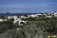 Белые Дома на береге моря с кактусами на переднем плане Стоковые Фото