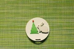 Белые зайцы около рождественской елки Стоковое Изображение