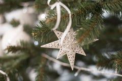 Белые игрушки мех-дерева на рождественской елке домодельной Стоковое Изображение RF